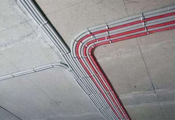 Монтаж проводки по потолку