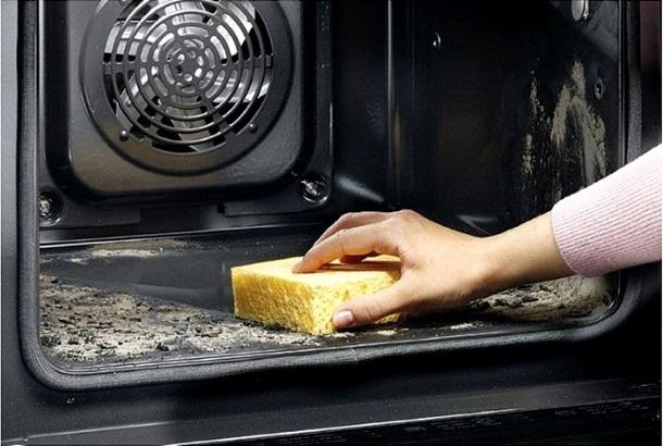 Традиционная очистка духовки: что это такое
